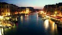 Venecia es sinónimo de romance, góndolas y unas vacaciones de lujo. Considerada como uno de los destinos preferidos de todos los recién casados, la ciudad de los canales ofrece entretenimiento variado: Cenas románticas, paseos en góndola, conciertos de ópera, obras de teatro y shopping en las tiendas de lujo que rodean la famosa Piazza San Marco.