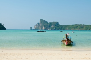 Una de las islas más emblemáticas de Tailandia, gracias al cine y su popular playa Maya Bay. Uno de sus principales atractivos es la gran variedad de actividades que ofrece a sus visitantes: ratos de descanso en la playa, snorkeling, turismo de aventura en Bida Nok o excursiones a Ko Phi Phi Leh, locación de la película La Playa (The beach).